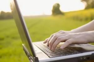 Сидеть за ноутбуком